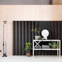 Nástěnné akustické moduly jsou vyrobeny ze stlačené plstěné látky se zvuk pohlcujícím jádrem