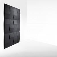 Triline černé nástěnné moduly trojúhelníkového tvaru se skrytým uchycením ke stěně a svislým zavěšením
