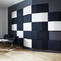 Hranatý tvar nástěnného modulu je nejen estetický, ale také zásadně přispívá k vylepšení akustických vlastností