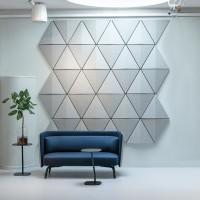 Zde trojúhelníkový tvar poskytuje vizuální energii a přispívá k lepší zvukové scéně rozptýlením zvukových vln a tím předcházení ozvěn.