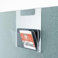 Odkládací kapsa na dopisy z průhledného akrylátu zavěšena přes akustický paraván ušetří vzácnou plochu na stole