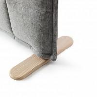 Borselius kombinuje hustě zvrásněné textilie s vyšívaným kostkovaným vzorem, s lakovanými nohami z jasanu, které vzbuzují výrazný dojem hebkosti.