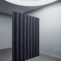 Scala ve formě visícího zvukového absorbéru