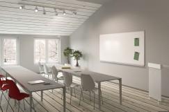 bílá tabule v místnosti