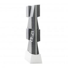 Stojan se skládá z bílé nebo černé lakované MDF a je vybaven nastavitelnými nožičkami, aby stěna stála rovně