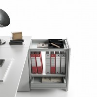 Výsuvná skříňka na boku stolu poskytuje okamžitý přístup k předmětům uvnitř. Výsuvnou část lze vybavit policemi, zásuvkami a rámem na závěsné složky. Každý kus je uzamykatelný.