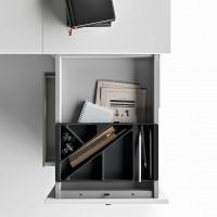 Výsuvný vnitřní rám je pevný. Horní část nižšího kontejneru s úrovní stolu, lze použít  jako polici k pokládání dokumentů a papírový zásobník na papíry, nebo spisy