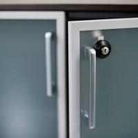 Detailní fotka matného skla dveří s hliníkovým orámováním. Všechny dveře jsou vybaveny zámky a ocelovými madly.