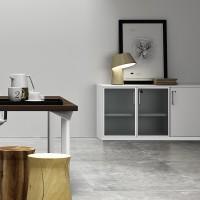 """Na stoly """"Equipe"""" navazují skříně ve stejném designu."""
