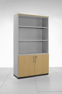 Pro ještě lepší vzhled boky skříně obložíme totožným dřevo-dekorem dveří. Vnitřní nastavitelné police jsou podepírány silnými podpěrami