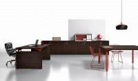 skříně Joy Line navazují na ředitelskou řadu stolů JL Taylor Made spolu s konferenčním stolkem na pravo, který doplňuje celou řadu Taylor Made