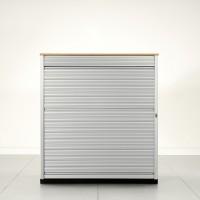 S vertikální roletkou . Výška skříně se přímo nabízí ke krátkému jednání dvou osob a dokumentů položených na vrch skříně