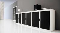 Využijte různé výšky skříní na vytvoření  praktických odkládacích ploch