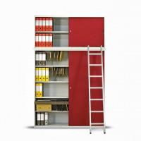 Další volný prostor využijete u stropu. Situaci lze řešit nástavbou skříně  včetně odjímatelného žebříku. Málo užívané šanony uložíte nejvýše