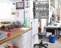 """Široký výběr skříní, různých stanic a regálových systémů lze volně kombinovat, aby vybavený prostor vytvářel další podmínky k vytváření hodnot. """" Making workspace work """""""
