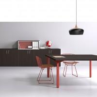 Přizpůsobuje se výhradně sladěním barev nohou a stolních desek za pomocí kreativních klíčových kombinací dřeva a oceli. Na fotce je vidět doplňková řada Joy skříní ve stejném barevném sladění.