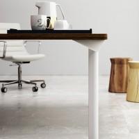 """detailně tvarovaný """" trojúhelníkový """" roh je současně spojením stolové desky s eliptickou částí trubkové nohy"""