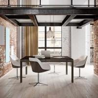 Čtvercový konferenční stolek s antracitovým rámem a vrchní deskou v tmavém dubu