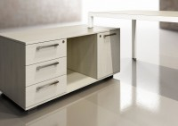 Povrchové úpravy stolů v hřejivých odstínech dřeva, nebo moderního skla