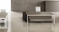 Kay4 odkrývá vyváženou nadčasovou elegantní řadu stolů , rozsáhlé kombinace příslušenství  od malých kancelářských stolů až po velké jednotlivé konferenční stoly