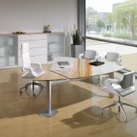 Vysoce lesklá deska z prvotřídního pravého dřeva dokonale splývá s čistými liniemi podnože a elegantními ocelovými skříňkami do fascinující kombinace