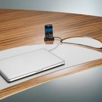 """Bílá obslužná část elegantně ladí s celkovým vzhledem stolu, když je uzavřená """"Místo z kterého vystupují kabely pro notebook, mobil či tablet je odklápěcí ! Skrývá rozsáhlé možnosti připojení přes napájení až po audio-vizuální konektivitu"""
