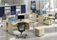 Pracovní stoly též využitelné pro konference, rozšiřovací dílce stolů, kontejnery a úložné skříně ve stejném dekoru. Skříně s orámovaným sklem v modrém, nebo oranžovém skle.