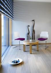 """Děrované opěradlo je charakteristické pro všechny vysněné modely. """"Výhodný tvar opěradla propouští  dále světlo a vzduch, aby vaše místnost působila otevřeným dojmem"""""""
