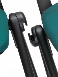 Židle Go lze dle libosti spojovat i rozpojovat. Stačí k tomu ruce a židli přizvednou