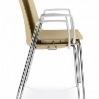 """Když židle přestanete používat, tak je jednoduše naskládejte na sebe. """" Uvolníte si tak vzácný prostor pro taneční či jiné další aktivity a přesun židlí Vám ulehčí speciální transportní vozík"""""""