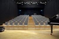 """Židle včetně područek jsou praktické a oddělují jednotlivé sedící od sebe. V příslušenství je možnost """"spojek"""" pro spojování do řady, které využijete zvláště pro různé sály a společenské akce."""