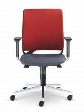 Konfigurace židle s hliníkovým leštěným křížem a spodní částí područek též z leštěného hliníku přidává kancelářské židli na exkluzivitě