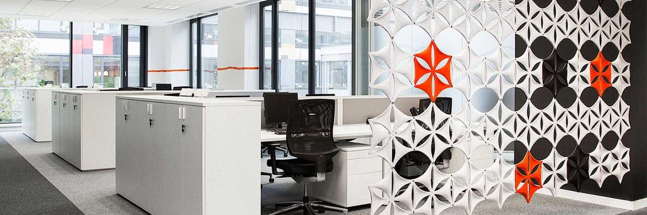 """Kancelář typu open space je doplněna o další akustický prvek. Částečně průhledné stěny ze závěsných vloček """"Airflake"""" tlumí i rozdělují zvuk od chodby a podporují akustický strop o další tlumení."""