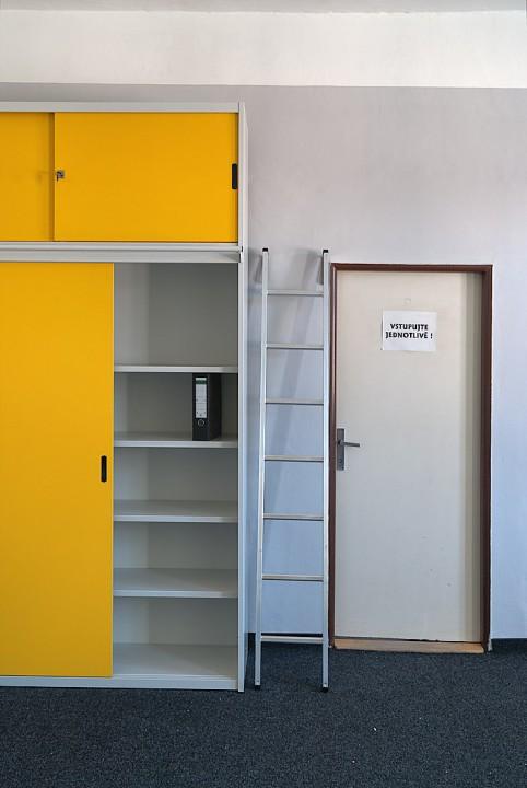 Díky tomu, že je skříň v půlce dělená poskytuje více možností jak si nastavit police pro různé druhy předmětů a formátů