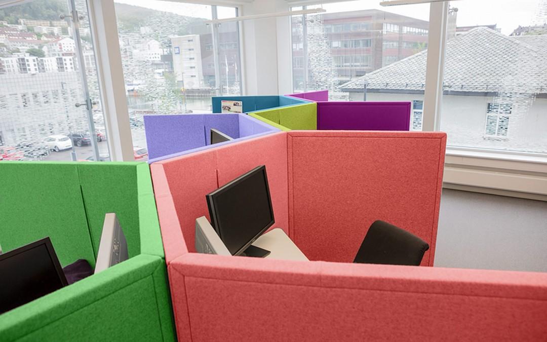 """Basen Bergen - Norsko. Snižení Hluku pomocí stolo-akustických paravánů. Stůl """"výškově stavitelný"""" a paraván vše v jednom."""