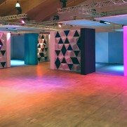 závěsný paravan Aircone snižuje hluk ve vystavované hale pro jednotlivé místnosti a upoutává pozornost návštevníků