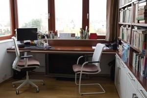 Sháněli jsme židle. Firma nám položila pár otázek a doporučila nám židle s auto-nastavením váhy.Protože se na nich střídáme. Každému z nás se po dosednutí bez složitého přenastavení automaticky přizpůsobí. Získali jsme designový celek provázaný s okolím